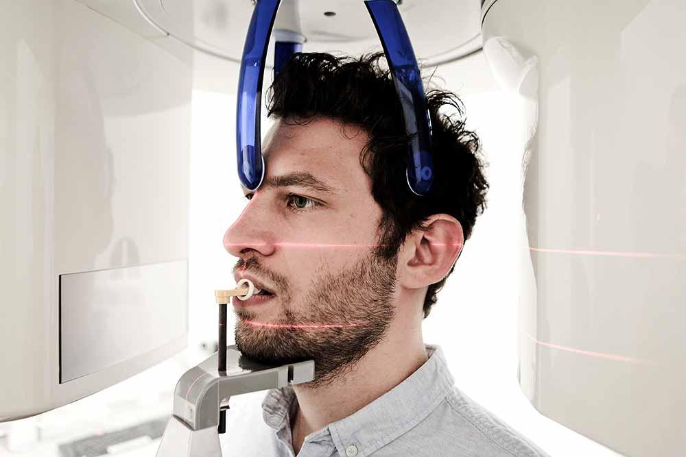 Patient während einer 3D-Röntgenaufnahme