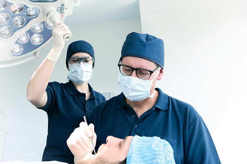 Dr. Spengler untersucht Patienten