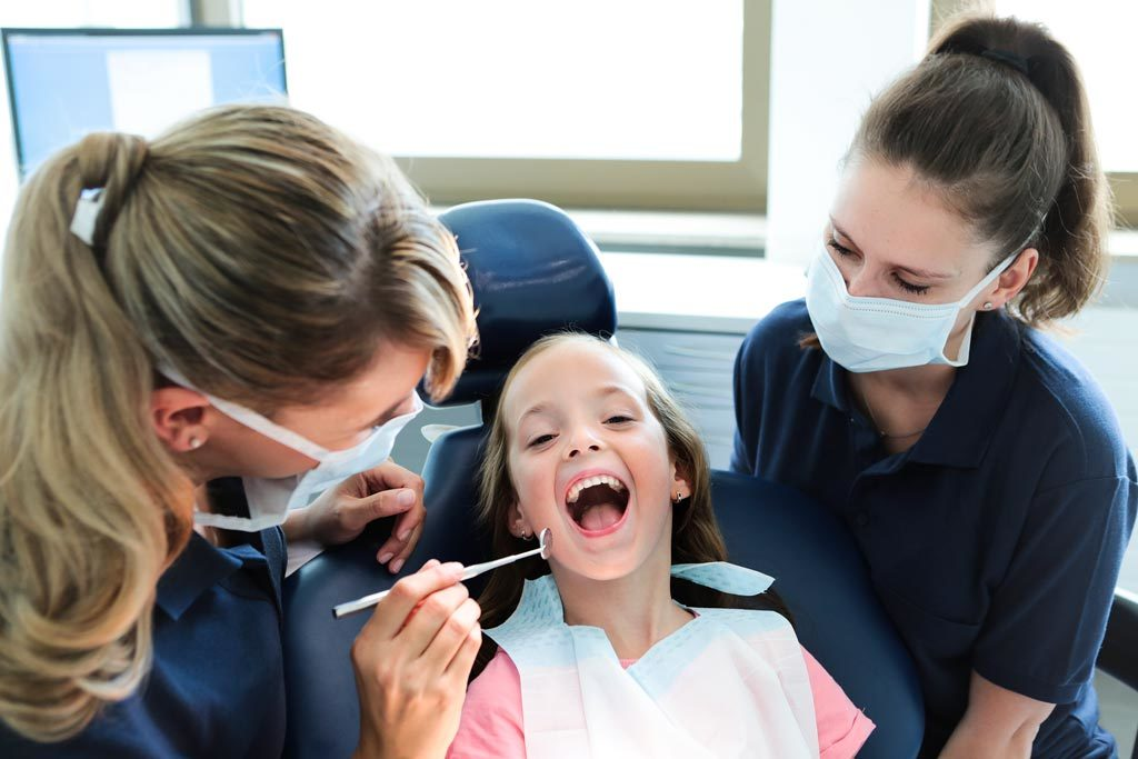 Bild eines lächelnden Mädchens auf Behandlungsstuhl