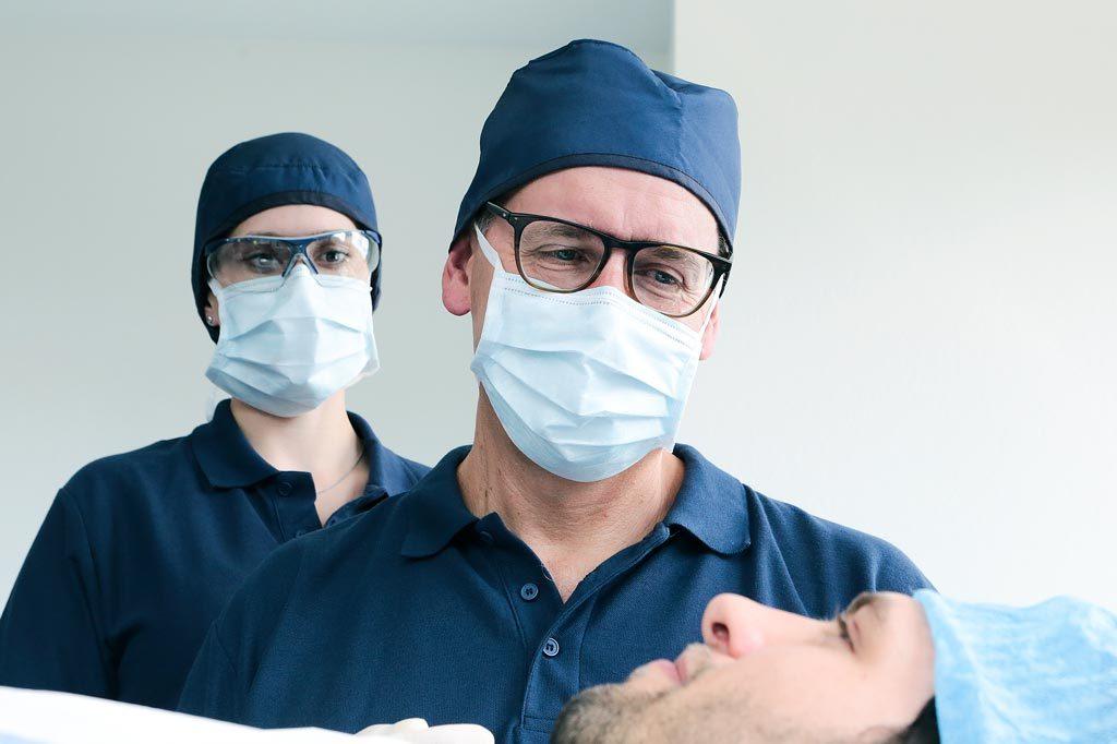 Dr. Spengler mit Patienten nach einer OP
